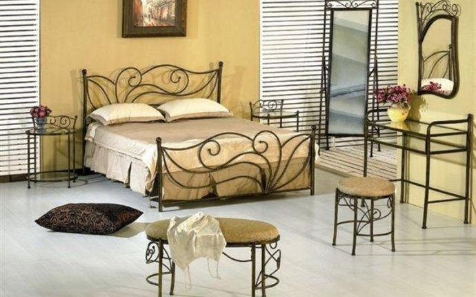 Кованая мебель для спальни выглядит довольно необычно, но в то же